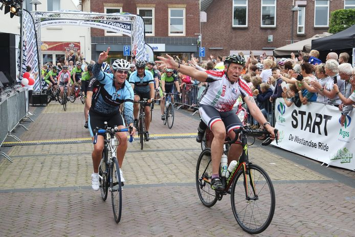 Deelnemers aan De Westlandse Ride op het Wilhelminaplein in Naaldwijk.