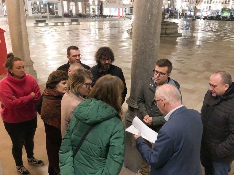 De actievoerders overhandigden de petitie en bezwaarschriften aan de burgemeester.