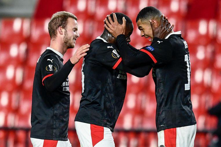 PSV'ers vieren het overwinteren in de Europa League. Beeld AP