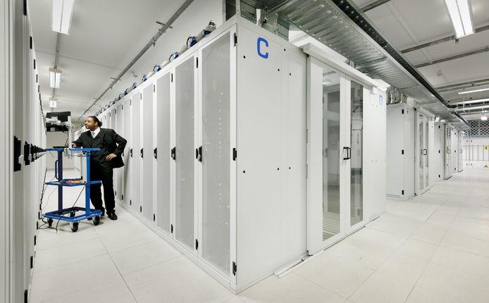 Een groot datacenter met computerkasten.