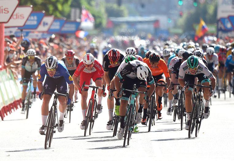 Fabio Jakobsen (l) sprintte zondag in de tweede etappe naar een 2e plaats. Philipsen (hier buiten beeld) won.  Beeld AFP