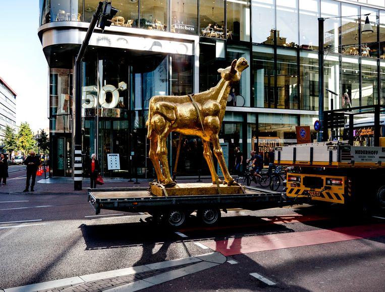 Een grote versie van het Gouden Kalf wordt door de binnenstad van Utrecht gereden. Beeld Hollandse Hoogte/Sander Koning