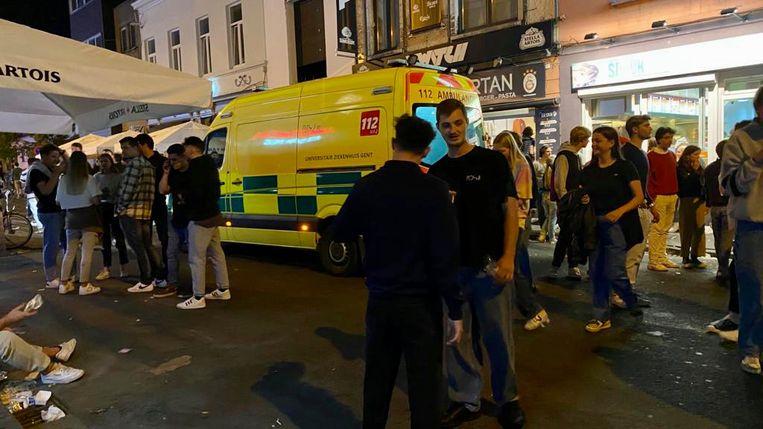 De gewonde agenten werd voor controle naar het ziekenhuis gebracht Beeld Wim Naert