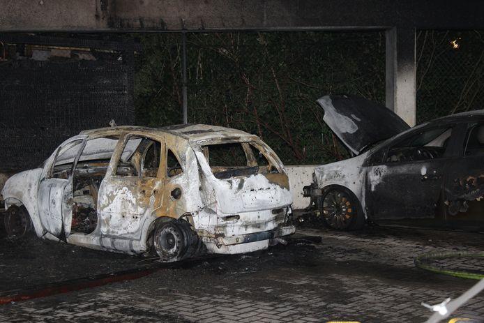De linkse wagen is in brand gestoken en ook de auto ernaast liep zware schade op.