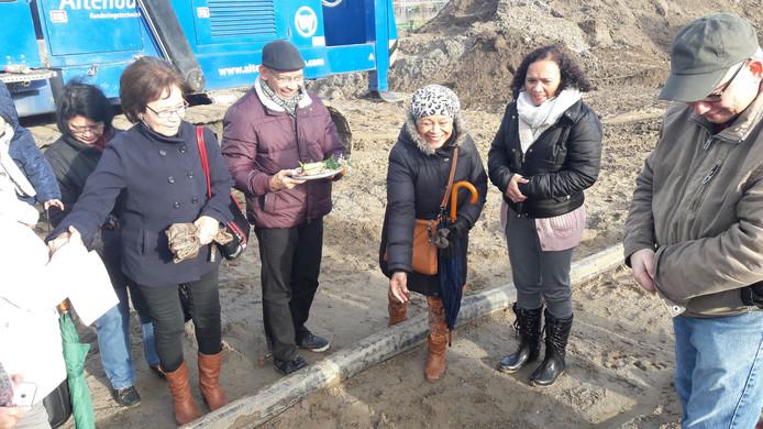 Op de bouwplaats in Malburgen van het wooncomplex voor ouderen van Indische en Molukse afkomst werd voorafgaand aan de bouw gele rijst gestrooid om een voorspoedig verloop van het project af te dwingen.