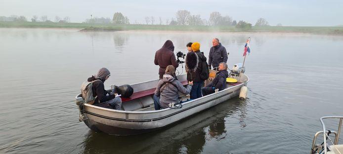 Acteur Géza Weisz filmt bij Oosterbeek voor een documentairereeks over de bevrijding van Europa. Donderdagmorgen vroeg zijn opnames gemaakt waarin verteld wordt over de oversteek van de Rijn van de geallieerden na de Slag om Arnhem.