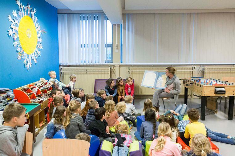De kinderen luisteren naar een verhaaltje.