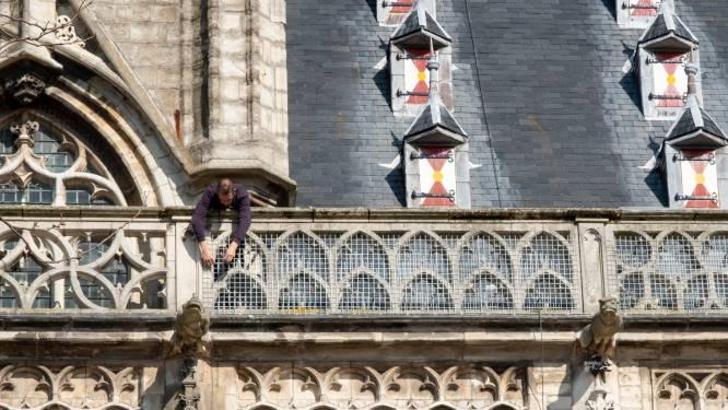 Gaas rond balustrade Middelburgs stadhuis: 'Gelukkig is het niet helemaal ingepakt'
