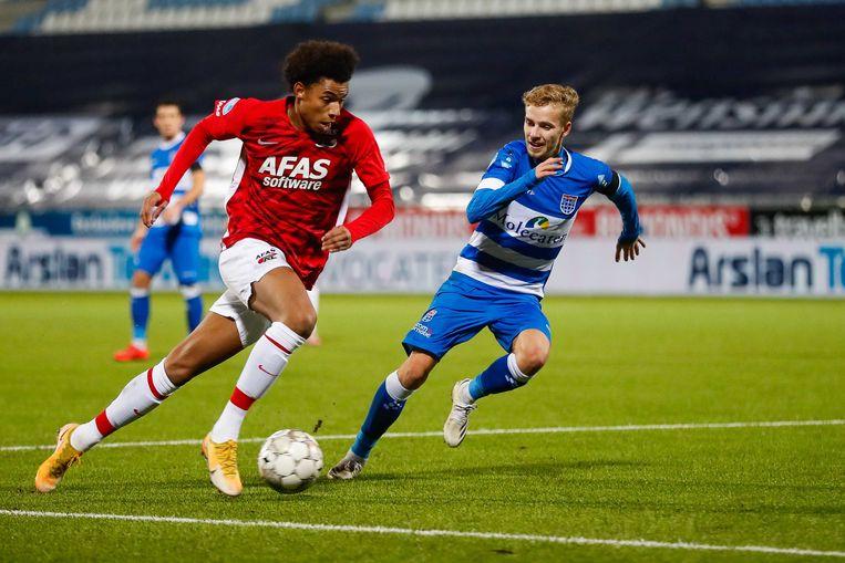Calvin Stengs van AZ en Dean Huiberts van PEC Zwolle tijdens de Nederlandse Eredivisie-wedstrijd tussen PEC Zwolle en AZ Alkmaar. Beeld ANP