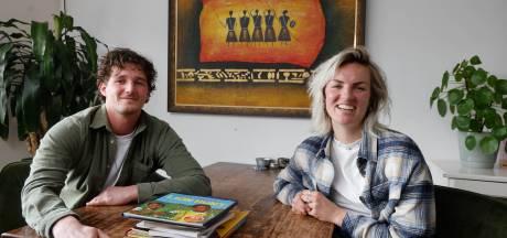 Marlijn en Niels kopen kinderboeken met olifanten voor Basarwa