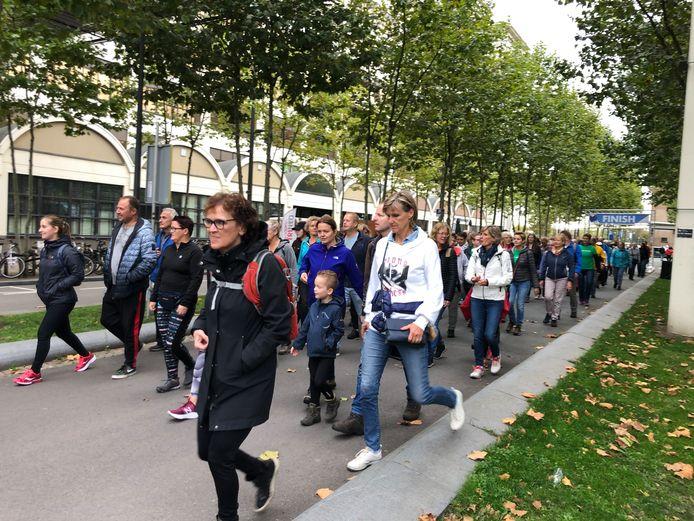 Start van de wandelaars voor de 12,5 kilometer van de Marathon Eindhoven.