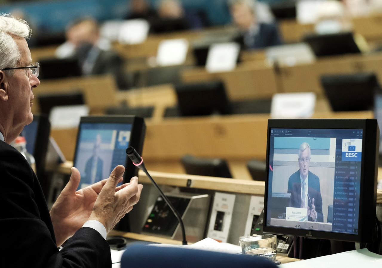 EU-onderhandelaar Michel Barnier bereid een onderhandeling voor via een videocall.