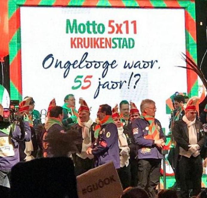 Om middernacht maakte prins Etienne I het nieuwe motto in Kruikenstad bekend.