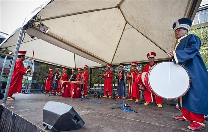 Optreden van de Osmaanse muziekband/volksdansgroep Pahoy uit Denizli in Almelo in 2011.