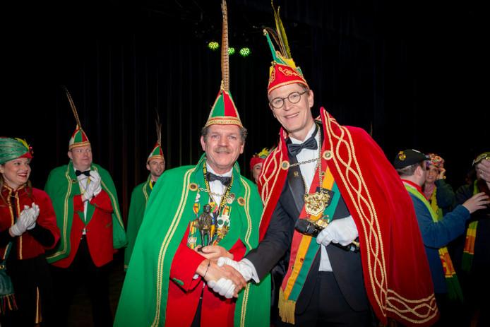 Wilfried Foesenek (l) krijgt de Boemeldoncker uitgereikt uit handen van Prins Kaaff LIV.