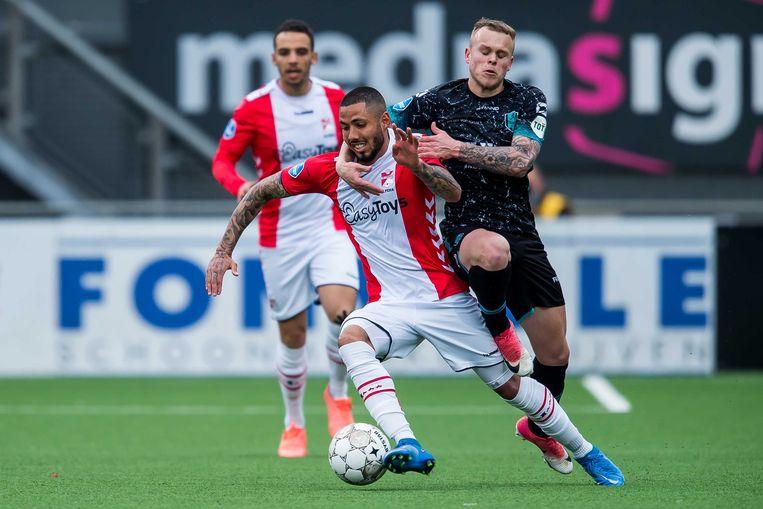 RKC'er Lennerd Daneels houdt Sergio Peña van FC Emmen vast om de hals. Beeld ANP