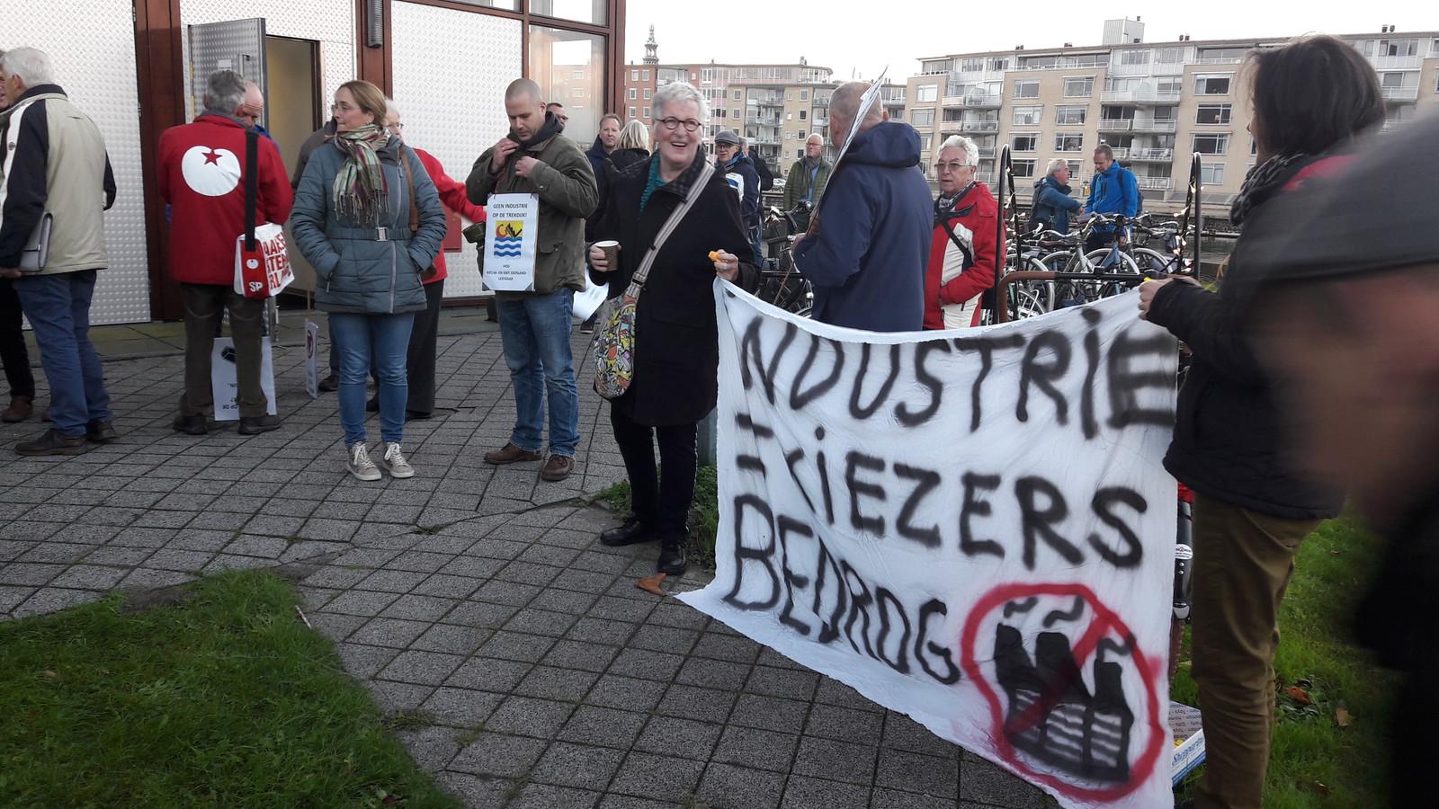 Inwoners van Nieuw- en Sint Joosland protesteren al jaren tegen de mogelijke komst van logistieke en andere bedrijven net buiten hun dorp aan de Trekdijk.