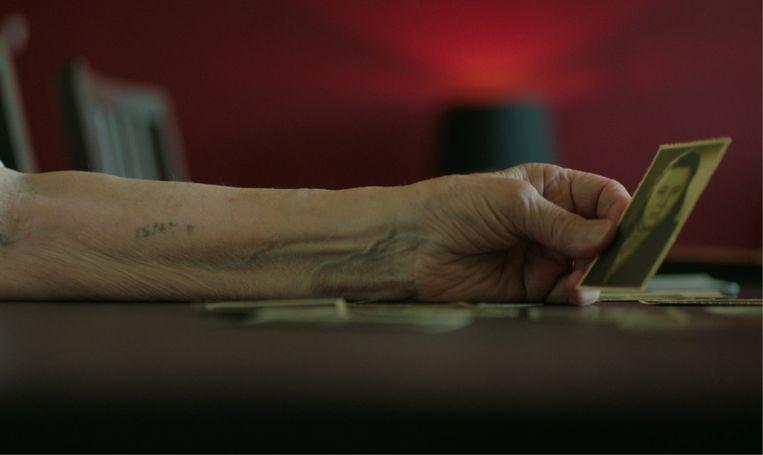 Betsy Sobol: 'Na de dood van mijn moeder is er nooit nog iemand geweest die voor me opkwam, die voor me zorgde, die me beschermde. Ik ben mensen altijd blijven wantrouwen.' Beeld Pieter Serrien & Eva Fastag