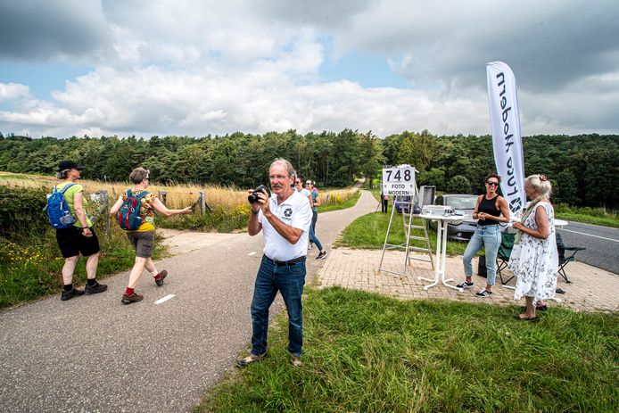 Leo Brouwer van Foto Modern uit Nijmegen legt de wandelaars vast op de gevoelige plaat.