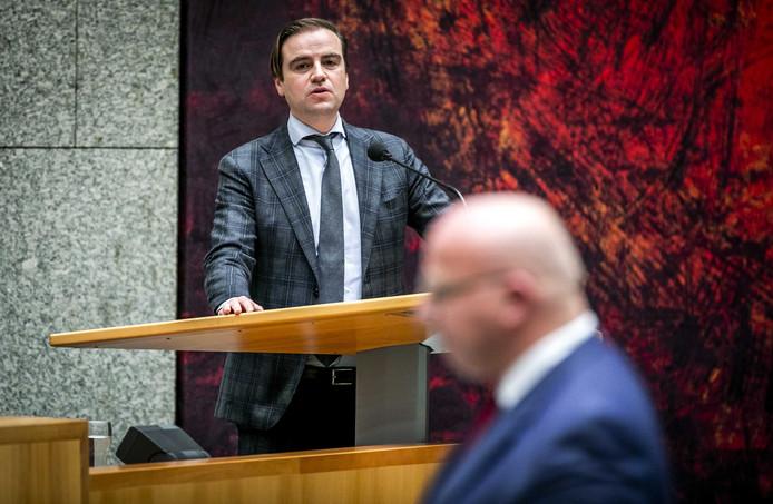 VVD'er Malik Azmani (achter de microfoon) en PVV'er Sietse Fritsma (voorgrond) zijn ontstemd over de werksituatie in aso-azc's.