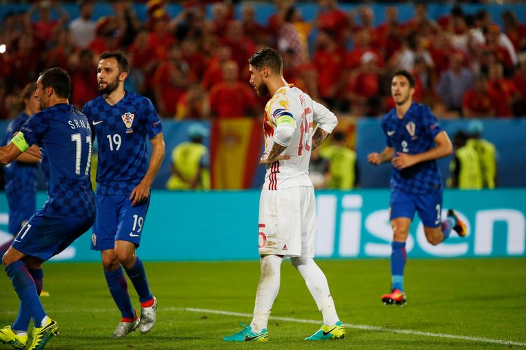 De Spaanse kapitein schoot de bal te centraal Beeld Photo News