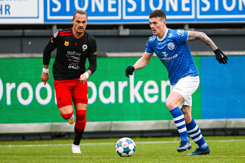 Jizz Hornkamp (rechts), hier in actie in de uitwedstrijd van FC Den Bosch tegen Excelsior (4-4), waarin hij vier keer scoorde, had zondag niet kunnen spelen tegen NEC. Nu dat duel is afgelast heeft hij langer de tijd om te herstellen van zijn heupblessure.