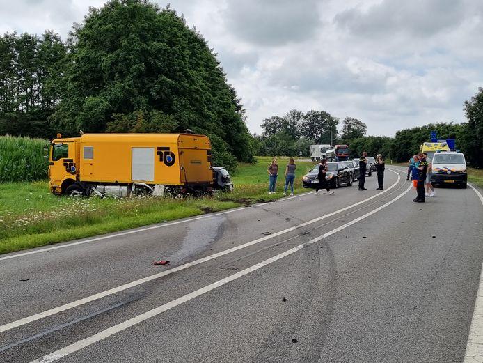 De vrachtwagen en twee auto's die van de weg raakten ter hoogte van Ruurlo
