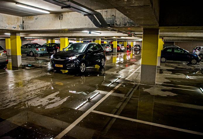 Doorweekte schoenen voor de automobilisten die ondergronds parkeren bij winkelcentrum Keizerswaard.