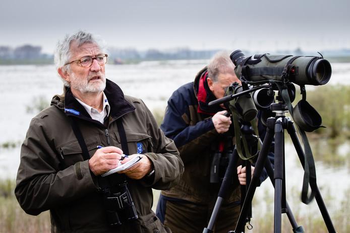 Rob Burgmans met z'n notitieblokje en Ad van Gastel met de kijker. Ze tellen samen al jaren de vogels op Tiengemeten.