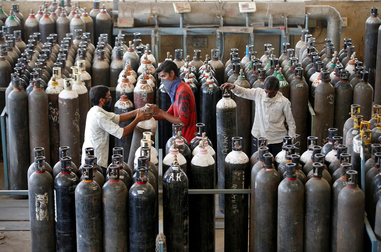 Zuurstofflessen worden opnieuw gevuld in een fabriek in Ahmedabad, India. Beeld REUTERS