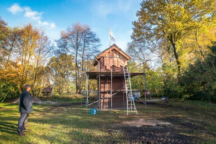De vlag in top, de pannen op het dak: woensdag werd het hoogste punt van de vleermuistoren in Nunspeet bereikt.