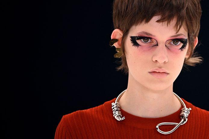Le collier en forme de noeud collant vu au défilé Givenchy ne passe pas.
