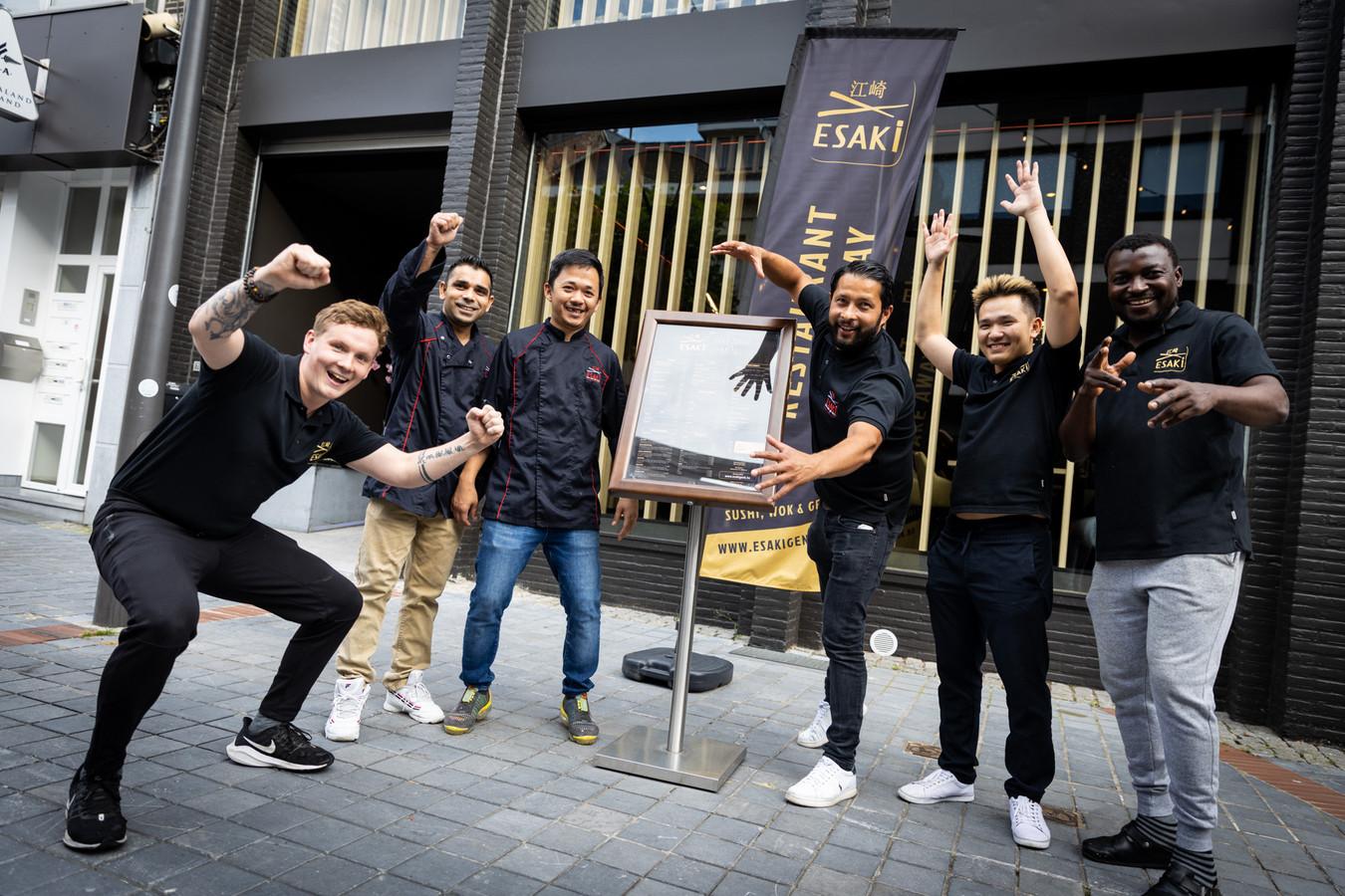 Zaakvoerder Krishna Simkhada (derde van rechts) en zijn team openen woensdag het restaurantgedeelte van Esaki Sushi in Genk.