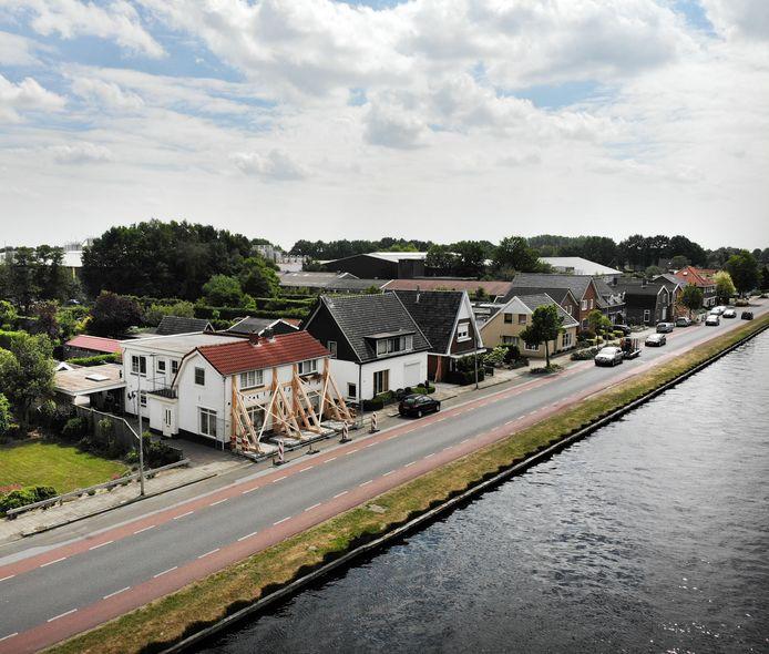 Zware palen houden de huizen langs het kanaal bij Daarlerveen overeind.