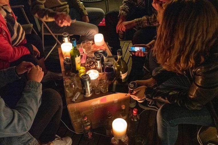 Jongeren op een huisfeestje in Molenhoek.  Beeld Hollandse Hoogte / Patricia Rehe