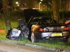 Auto knalt tegen boom in Pijnacker, twee gewonden