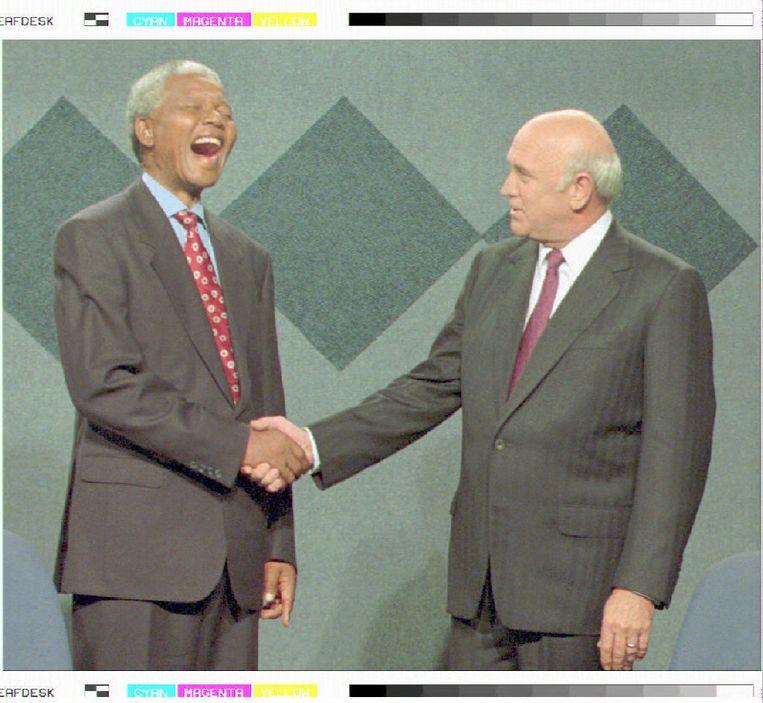 Nelson Mandela schudt in 1990 de hand van F.W de Klerk. De handdruk maakt een einde aan het Apartheidsregime. Beeld Belga