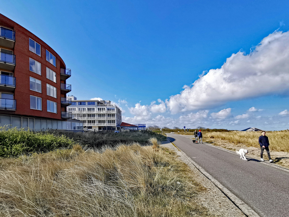 Links het gebouw De Wielingen met appartementen. Erachter het witte Hotel Noorzee dat met 35 meter naar voren wil uitbreiden.