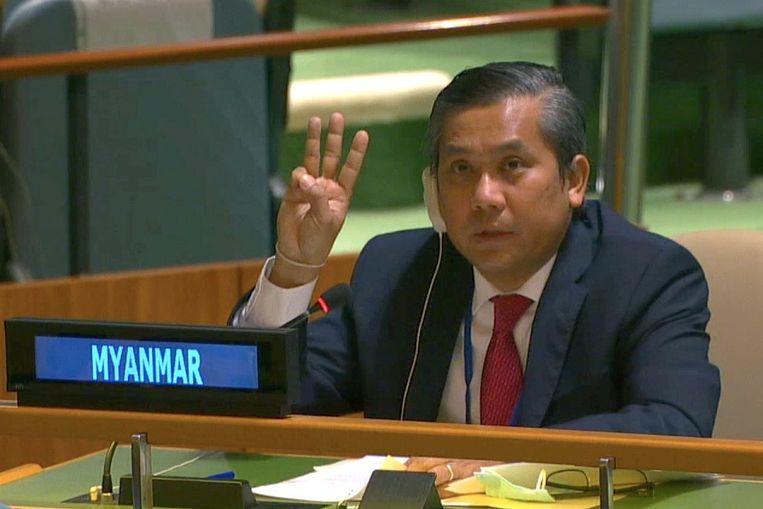 Tijdens een vergadering zei ambassadeur Kyaw Moe Tun dat demonstranten 'alle mogelijk middelen' moeten aanwenden om de coup van het leger ongedaan te maken. Daarbij stak hij drie vingers de lucht in, het symbool van protest dat ontleend is aan de film The Hunger Games. Beeld Via REUTERS