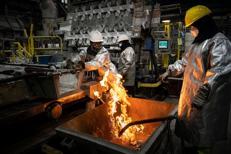 Medewerkers van Damco Aldel aan het werk in de aluminiumsmelterij in het Groningse Farmsum. Beeld   Kees van de Veen / HH