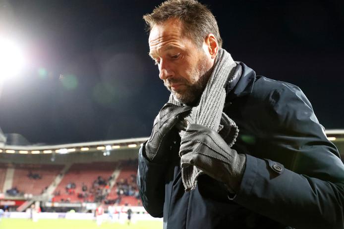 John van 't Schip gaat teleurgesteld naar binnen na de 5-0 tegen AZ.