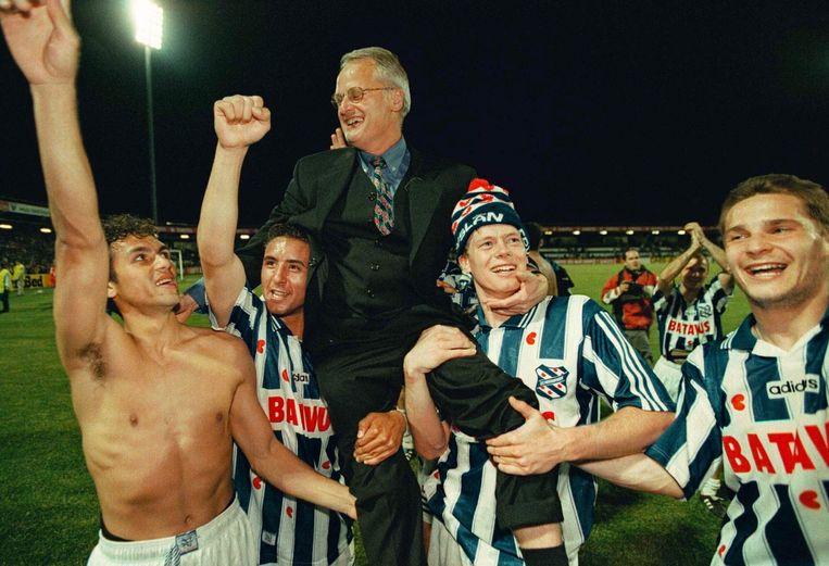 Trainer Foppe de Haan gaat op de schouders na winst van de KNVB-beker in 1998. Beeld anp