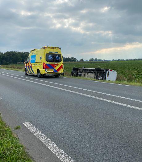 Busje belandt op zijkant in de berm tussen Deventer en Gorssel