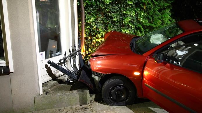 De auto tegen het huis in Heerde.