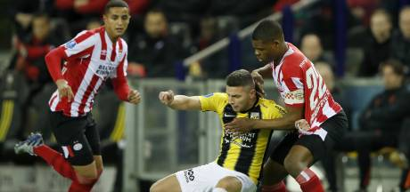 Vitesse-goalgetter Linssen smeert mosterd op zijn enkel: 'Vermoed verder onderzoek in ziekenhuis'
