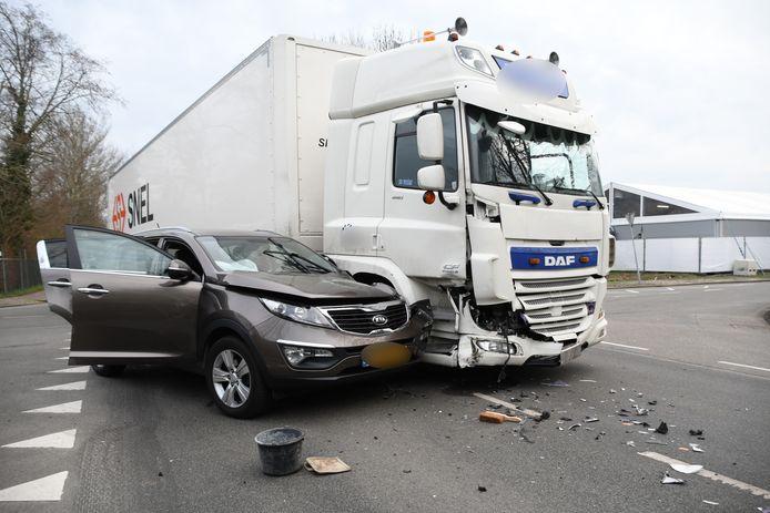 Op de Blekerijlaan in Woerden is een personenauto tegen een vrachtwagen gereden.