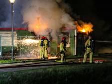 Vlammen slaan uit bouwkeet in Helmond, politie vermoedt brandstichting