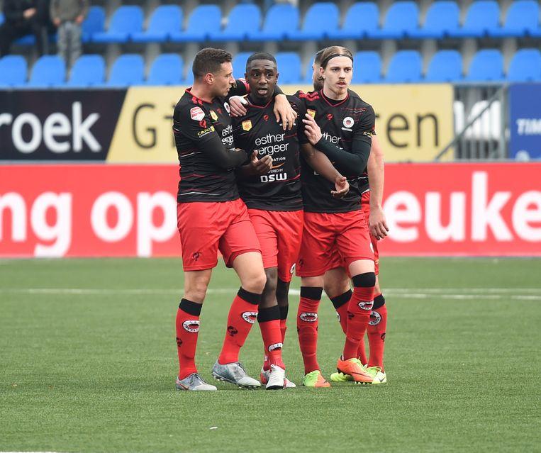 Ahmad Mendes Moreira wordt door teamgenoten gesteund nadat FC Den Bosch-supporters hem hebben uitgescholden.   Beeld ANP/Henk van Esch