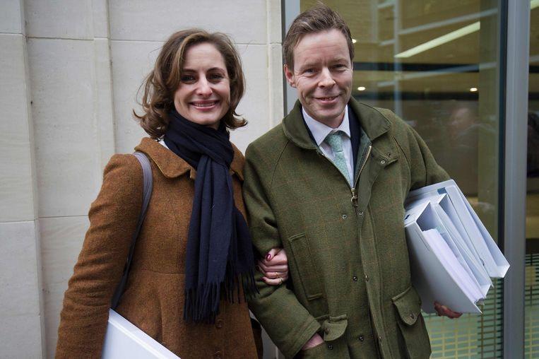 Bingham en zijn echtgenote Anne-Sofie Foghsgaard bij het verlaten van de rechtbank in Londen. Beeld AFP