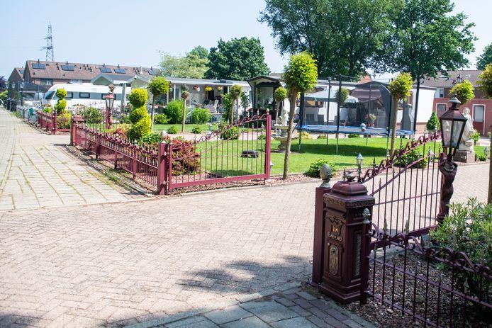 Het enige woonwagenkamp in de gemeente, aan Weusteweg in Wierden, telt vijf standplaatsen. Er wordt nu onderzocht of er vijf kunnen bijkomen.